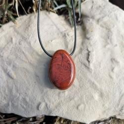 pierre percée jaspe rouge